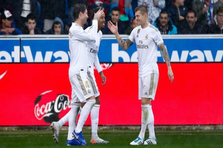 ريال مدريد يعود من ألافيس بانتصار ثمين وينفرد بالصدارة مؤقتاً