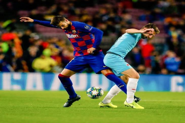 بيكيه وراكيتيتش يتدربان على هامش فريق برشلونة قبل ودية كاراتاخينا