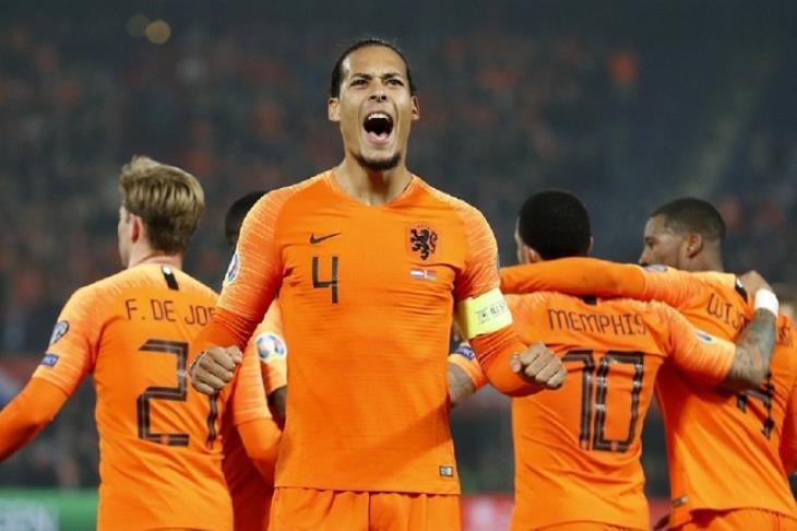 "ميرور: فان دايك يغادر معسكر منتخب هولندا لـ""أسباب شخصية"""