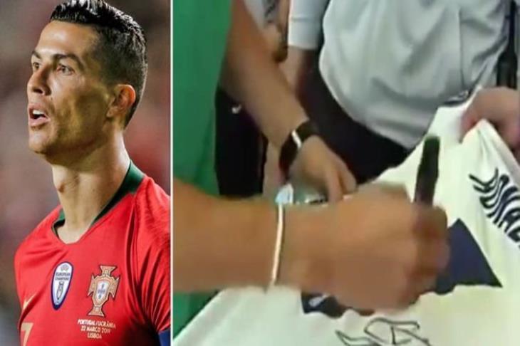 آس ترصد.. ماذا فعل رونالدو عندما عُرض عليه التوقيع على قميص ريال مدريد؟