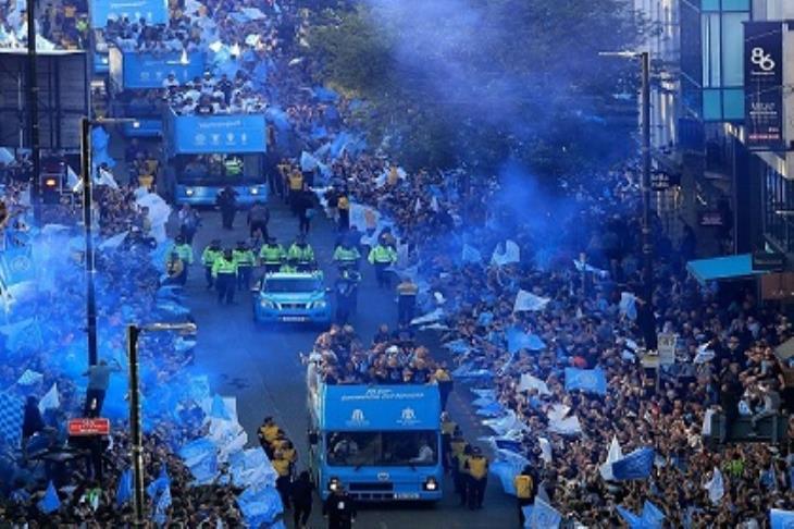 احتلال مانشستر.. جماهير السيتي تحتفل بالرباعية التاريخية مع فريقها