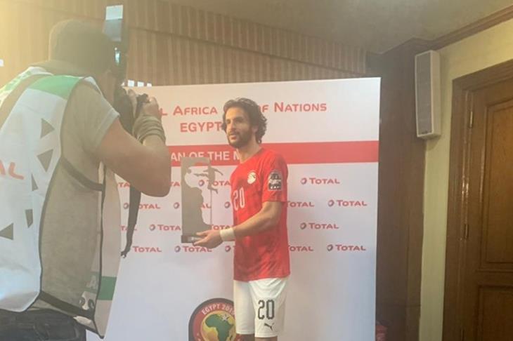 محمود علاء يفوز بجائزة رجل مباراة مصر وزيمبابوي