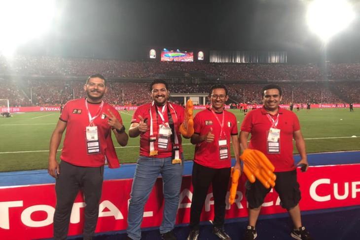 اورنچ تُفاجئ 4 من عملائها بحضور إحماء لاعبي مصر في الملعب