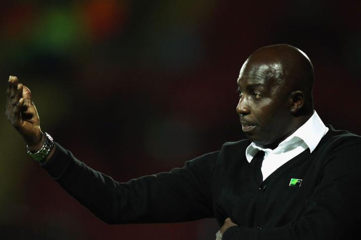الفيفا تقرر إيقاف مدرب نيجيريا السابق مدى الحياة بسبب الرشوة