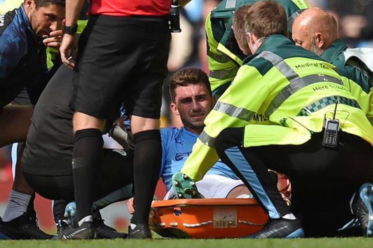 مدافع مانشستر سيتي يخرج على نقالة ويضع جوارديولا في ورطة