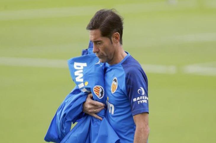 قبل مواجهة برشلونة.. فالنسيا يقيل مدربه رسميًا