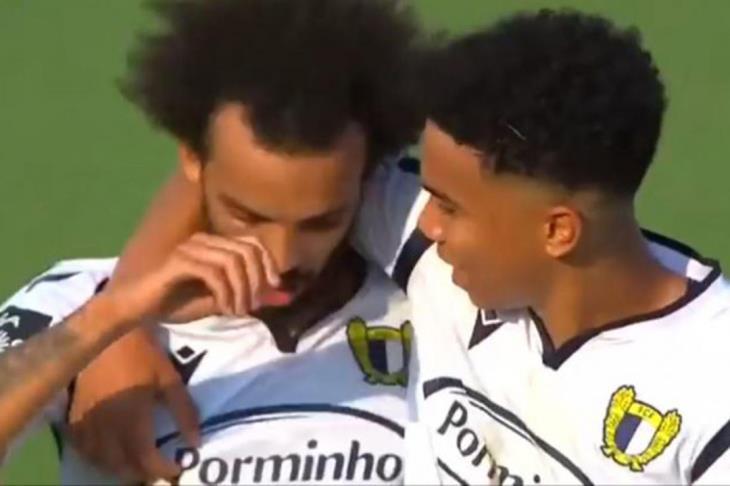 """من الدرجة الثانية إلى القمة.. """"شبيه صلاح"""" يٌحدث طفرة في البرتغال (فيديو)"""