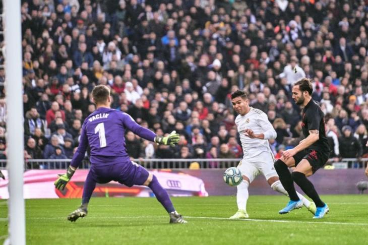 ريال مدريد يُسقط إشبيلية بثنائية كاسيميرو ويتصدر الليجا مؤقتا