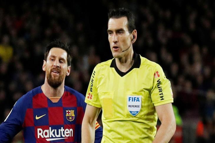 أول مرة كلاسيكو.. مونويرا حكمًا لمباراة برشلونة وريال مدريد بالليجا