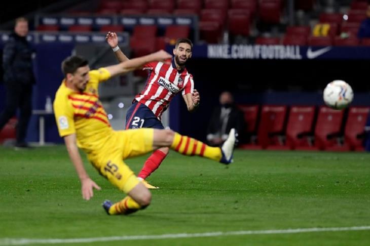 رافضًا استغلال تعثر الريال.. برشلونة يسقط أمام أتلتيكو مدريد في الليجا (فيديو)