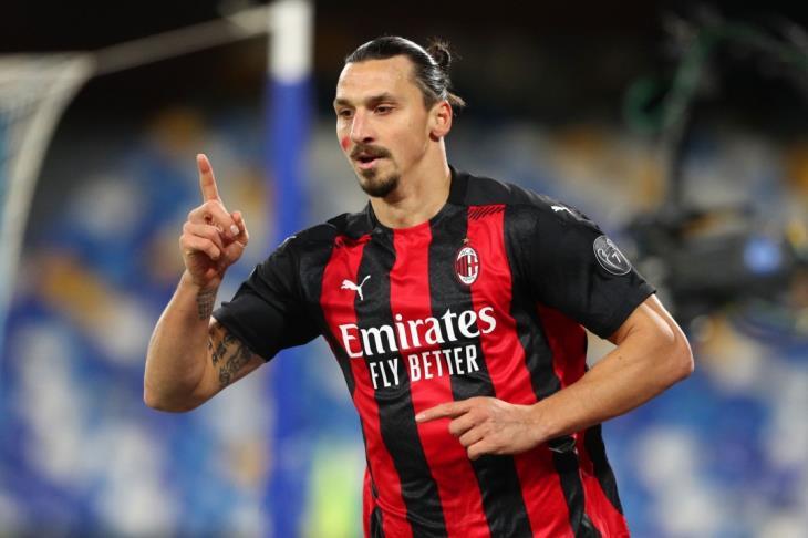 إبراهيموفيتش يقود ميلان لاستعادة صدارة الدوري الإيطالي بثلاثية في نابولي