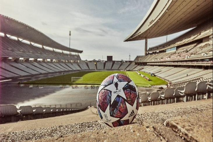 """""""تجمعات وإعادة جدولة وحضور جماهيري محدود"""".. كرة القدم تتحدى كورونا"""