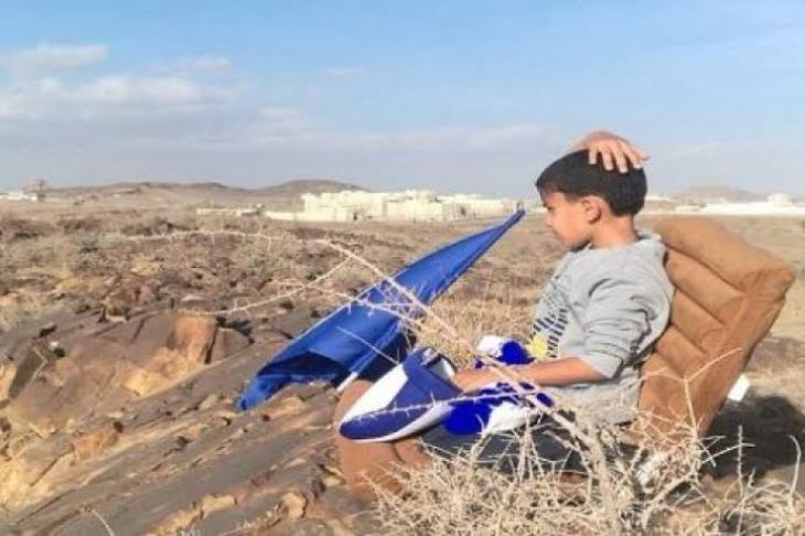 ومن التلال مُدرج.. قصة الطفل عمار الذي لم يمنعه المكان من متابعه الهلال (فيديو)