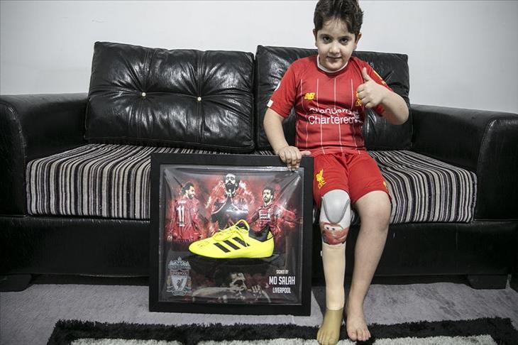 """الحكاية الحقيقية لحذاء صلاح.. """"طرف ثالث"""" أدخل البهجة على قلب الطفل السوري"""