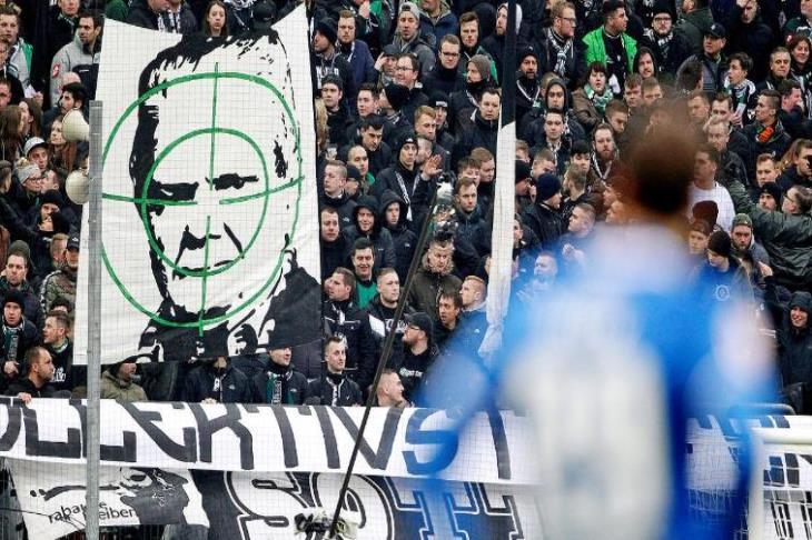 """لانهاء أزمة """"اللافتات المسيئة"""".. جلسة مع المشجعين والشرطة تكشف متى تتدخل"""