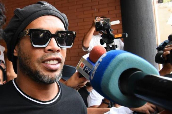 """في عيد ميلاده.. رونالدينيو.. """"ساحر"""" الكرة في سجون باراجواي"""