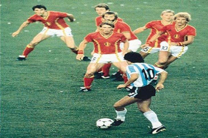 حقيقة ولا لأ؟.. هل راقب نصف المنتخب البلجيكي مارادونا في مونديال 82؟