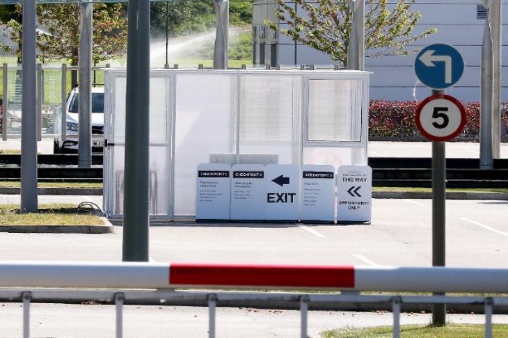 في ساحة انتظار السيارات.. يونايتد يُنشئ محطة لاختبار كورونا