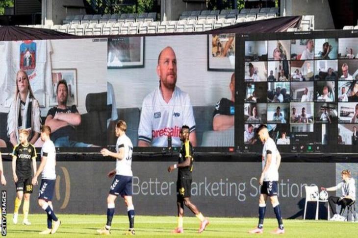 بالصور.. جماهير افتراضية وشاشات عرض في سيارات.. كيف عاد الدوري الدنماركي؟