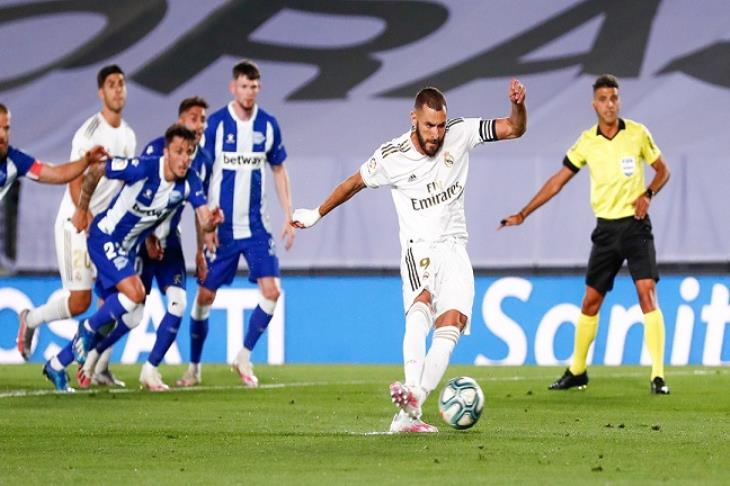 ريال مدريد يقترب خطوة جديدة من لقب الدوري بثنائية في ألافيس