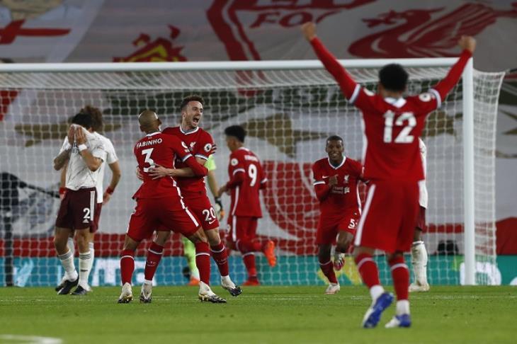 """ليفربول يُعاقب أرسنال بثلاثية ويواصل الدفاع عن لقب """"بريميرليج"""" بنجاح"""