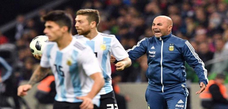 مارادونا يطالب مدرب الأرجنتين بعدم العودة للبلاد