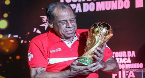 وفاة قائد البرازيل الأسطوري كارلوس ألبرتو عن 72 عاما
