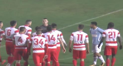 فريق صربي يحتج على حكم بالجلوس على أرضية الملعب