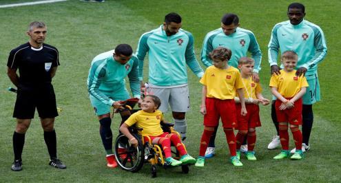 صورة .. لفتة إنسانية من رونالدو مع طفلة الكرسي المتحرك بكأس القارات
