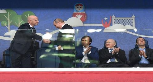 بوتين يلعب كرة قدم في الكرملين قبل 100 يوم على المونديال