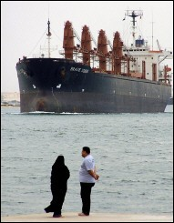 مقتل وإصابة 3 مصريين برصاص طاقم سفينة أمريكية بقناة السويس