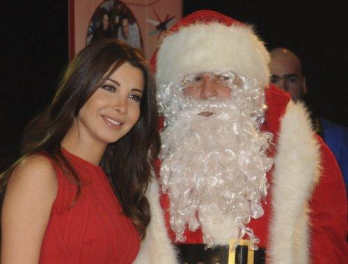 بالصور: نانسى عجرم  تضىء شجرة الكريسماس