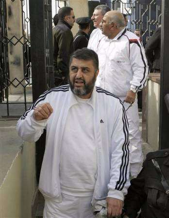 بعد استثناء الشاطر وزملائه من عفو 23 يوليو.. الإخوان يقاضون مبارك