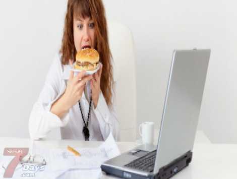 6 أخطاء وراء زيادة وزن المرأة العاملة